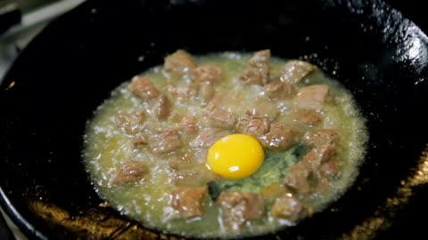 vídeos y material grabado en eventos de stock de carne frita con tortilla de huevo (comida turca tradicional) - sartén plana