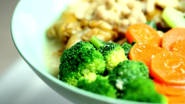 vídeos de stock e filmes b-roll de fried noodle with chicken and broccoli - legumes