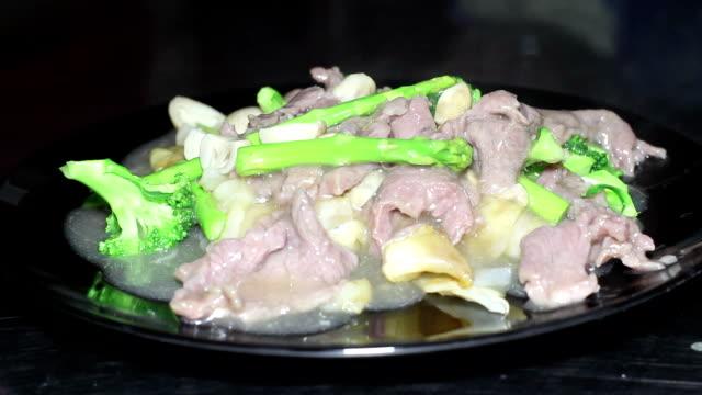 vídeos y material grabado en eventos de stock de fideos fritos con la carne de res - glaseado para postres