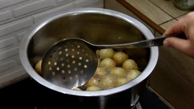 vídeos de stock, filmes e b-roll de bola de carne de porco frita em óleo quente - comida salgada
