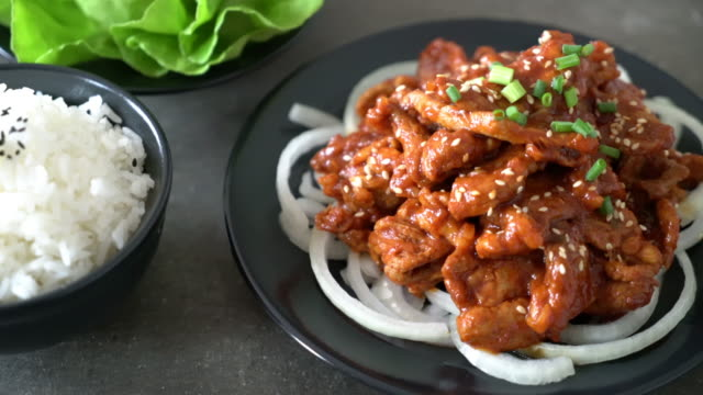 Gebratenes Schweinefleisch mit koreanischen pikanter Sauce (Bulgogi)