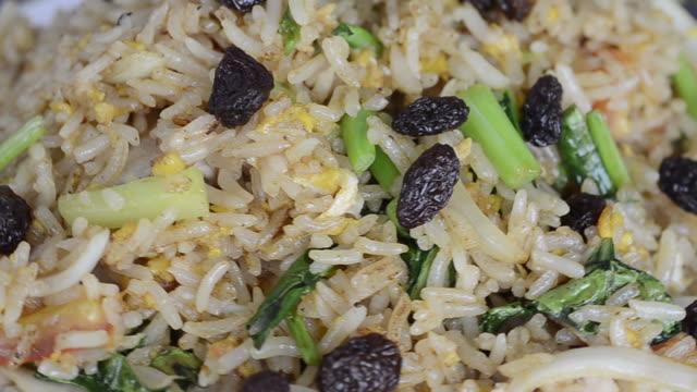 vidéos et rushes de riz frit - raisin sec