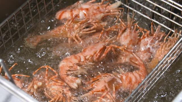 vídeos y material grabado en eventos de stock de fried southern rough shrimp in oil - freír mediante inmersión total en aceite caliente