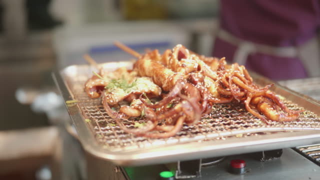 vídeos y material grabado en eventos de stock de calamares fritos en venta en la calle shanghai - freír mediante inmersión total en aceite caliente