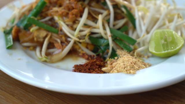 Fried thai noodles , Pad thai