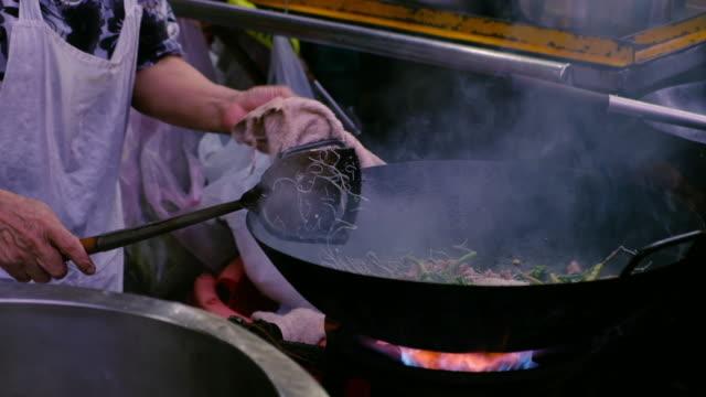vídeos y material grabado en eventos de stock de fideos thai frito - colesterol