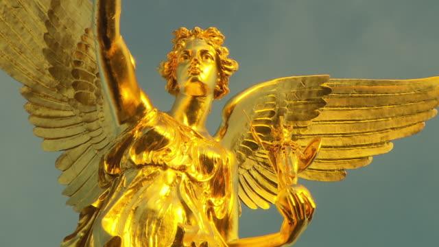 stockvideo's en b-roll-footage met friedensengel, monument,  sculpture in gold, panning shot - vrouwelijke gestalte