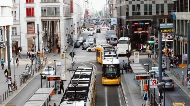 vídeos de stock, filmes e b-roll de rua friedrichstrasse, em berlim, alemanha - avenida