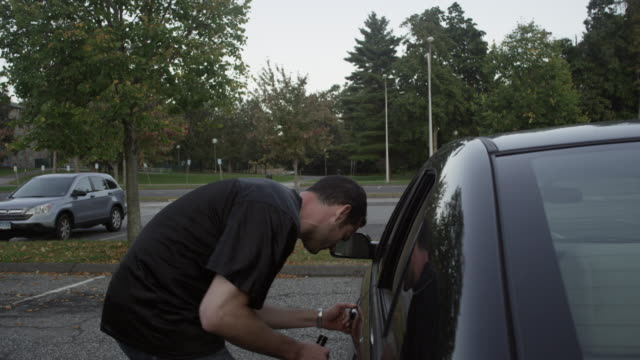 stockvideo's en b-roll-footage met friend prevents his friend from driving while drunk - dronken achter het stuur