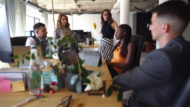 vidéos et rushes de équipe d'affaires amicale au bureau - réunion du personnel