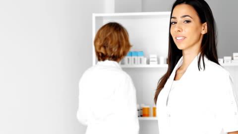 stockvideo's en b-roll-footage met friendly doctors at the pharmacy - klanten georiënteerd