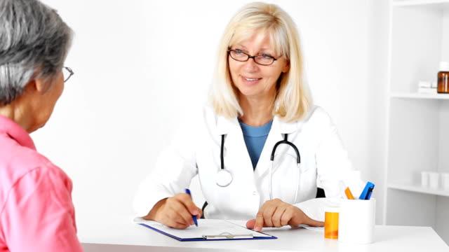 フレンドリーなマチュア女医 - 女性患者点の映像素材/bロール