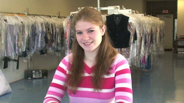stockvideo's en b-roll-footage met friendly sales clerk - alleen één tienermeisje