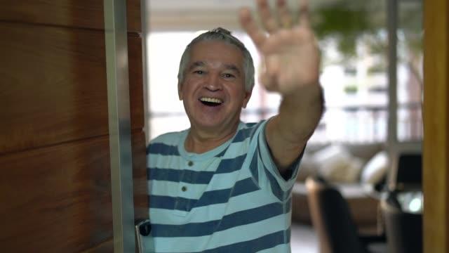 vídeos y material grabado en eventos de stock de amistoso senior decir adiós - adios
