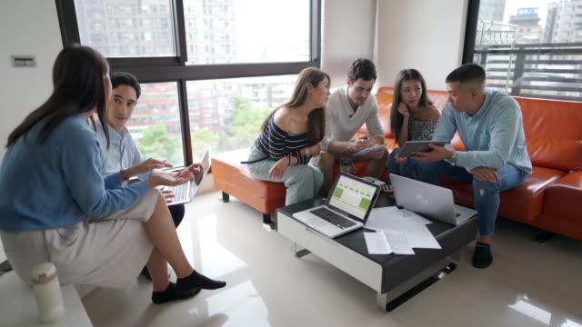 freundliche teamarbeit - coworking stock-videos und b-roll-filmmaterial