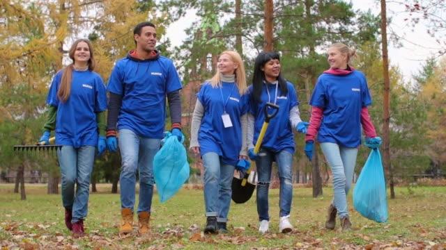 friendly volunteer team - sopsäck bildbanksvideor och videomaterial från bakom kulisserna