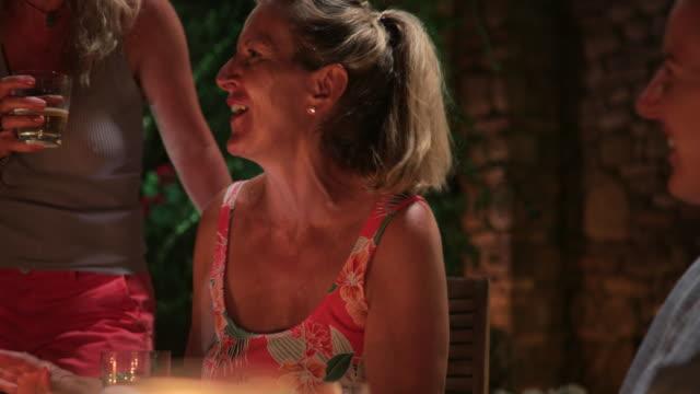 vídeos de stock, filmes e b-roll de amigos ao ar livre de jantar na itália - despedida de solteira