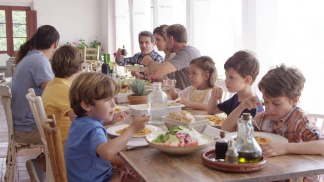 Freunde und Familie mit Essen am Esstisch