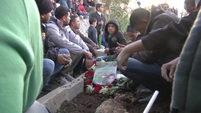 vídeos de stock, filmes e b-roll de friends and relatives hold a funeral for palestinian teenager samir ahmed awad who was shot dead by israeli troops near the separation barrier in the... - ramallah