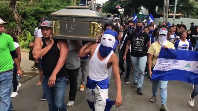 stockvideo's en b-roll-footage met friends and relatives of killed nicaraguan student gerald velazquez carry his body through the streets of the capital managua before they reach the... - managua