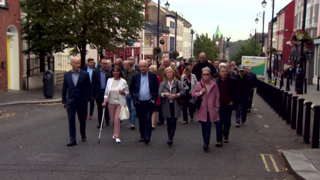 friends and relatives of william mckinney and jim wray, who were killed during bloody sunday, walk to londonderry magistrates court, for the first... - 1日目点の映像素材/bロール