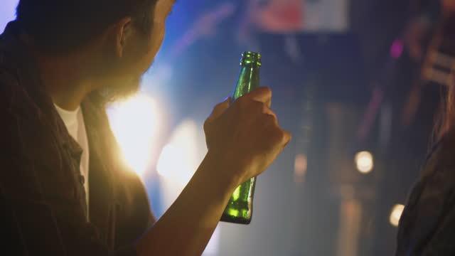 vidéos et rushes de les amis profitent de la vie nocturne. - bras humain