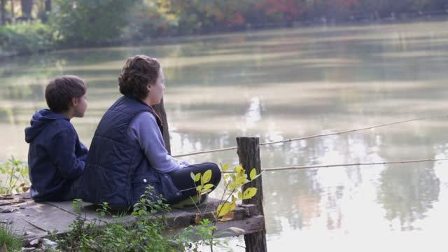 vidéos et rushes de amis à la pêche - étang