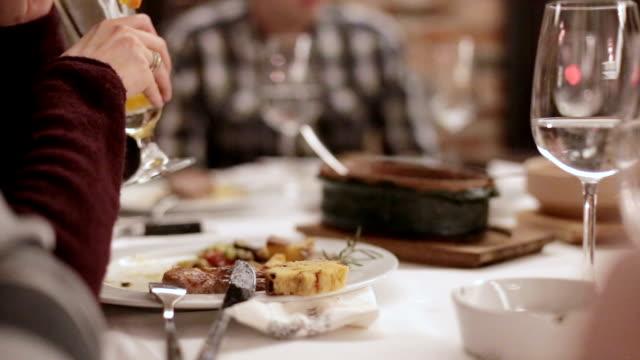 vídeos de stock, filmes e b-roll de amigos no restaurante  - acabando