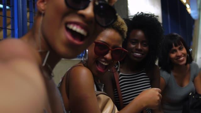 vídeos de stock, filmes e b-roll de amigos na estação de metrô - afro americano
