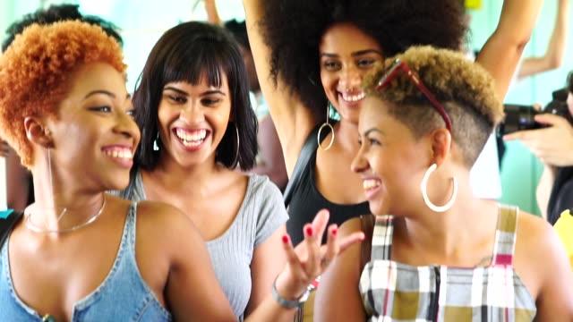 stockvideo's en b-roll-footage met vrienden bij metro - braziliaanse etniciteit
