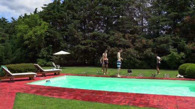 vídeos de stock, filmes e b-roll de amigos na área de piscina - 20 29 years