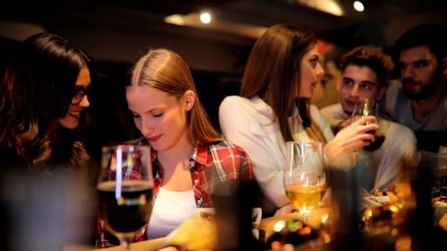 vidéos et rushes de amis au bar dans le pub - en cas