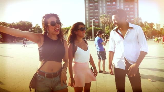 Vrienden op het strand van Barceloneta
