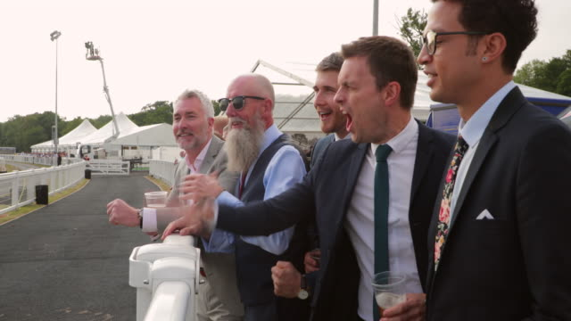 stockvideo's en b-roll-footage met vrienden at the races - elite