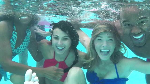 vídeos de stock e filmes b-roll de friends at water park go underwater - piscina