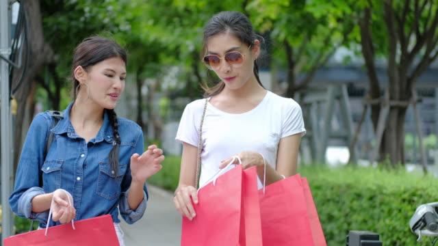 freunde werden begeistert einkaufen vertrieb. - klammer stock-videos und b-roll-filmmaterial