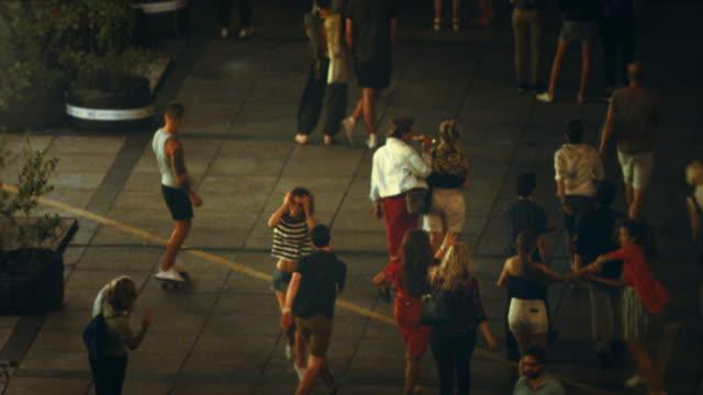 vídeos y material grabado en eventos de stock de amigos combinación con multitud. - cámara en mano