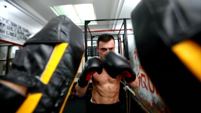 vídeos y material grabado en eventos de stock de amigos del boxeo del ejercicio - guante de boxeo