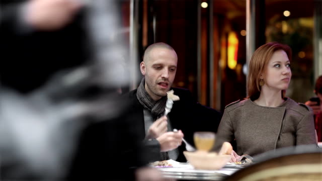 stockvideo's en b-roll-footage met friends cafe paris - franse cultuur