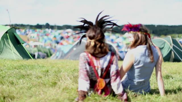 friends camping at festival - zelt stock-videos und b-roll-filmmaterial