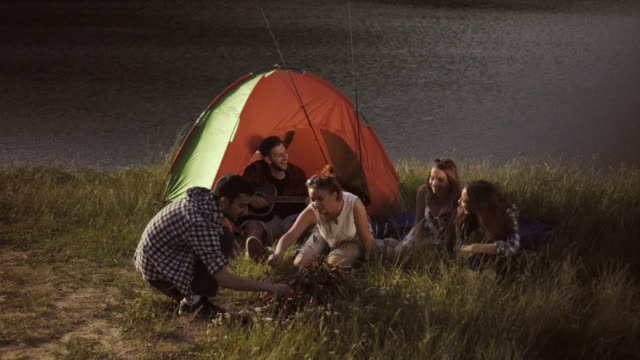 freunde, camping am see - stab stock-videos und b-roll-filmmaterial