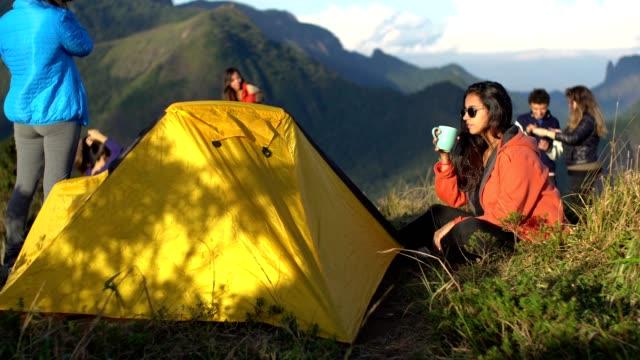 vídeos de stock, filmes e b-roll de amigos que acampam na montanha - frio