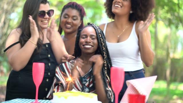 vídeos de stock, filmes e b-roll de amigos comemorando uma festa de aniversário no parque - brasileiro pardo
