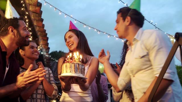 vidéos et rushes de amis, fête son anniversaire - anniversaire