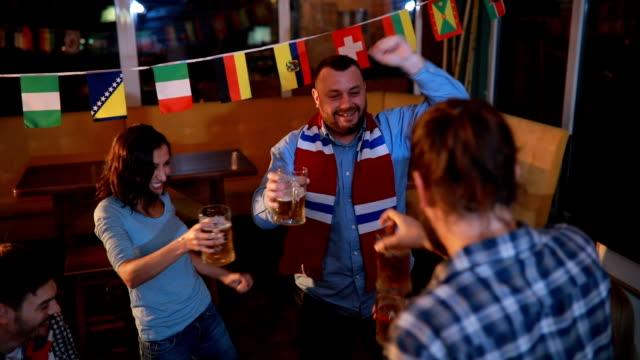 Vrienden vieren van de overwinning