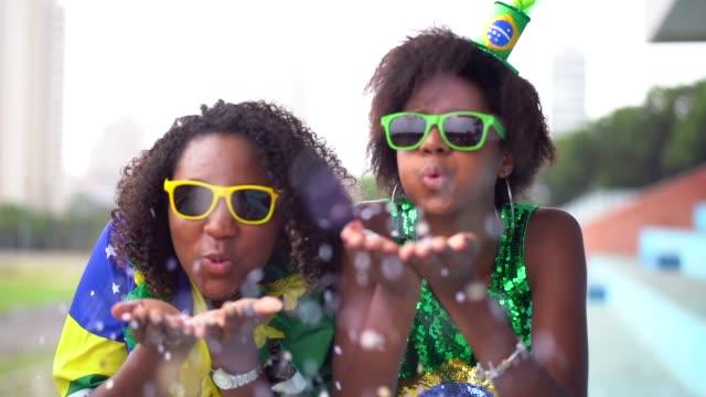 vídeos de stock, filmes e b-roll de amigos comemorando com confete - decoração