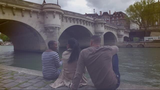 vídeos de stock, filmes e b-roll de 4 k : amigos conversando em um rio - france