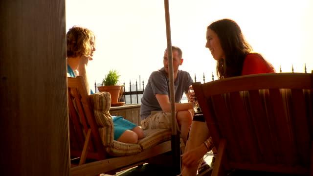 vídeos y material grabado en eventos de stock de ms friends chatting on balcony / brooklyn, new york - encuadre de tres cuartos