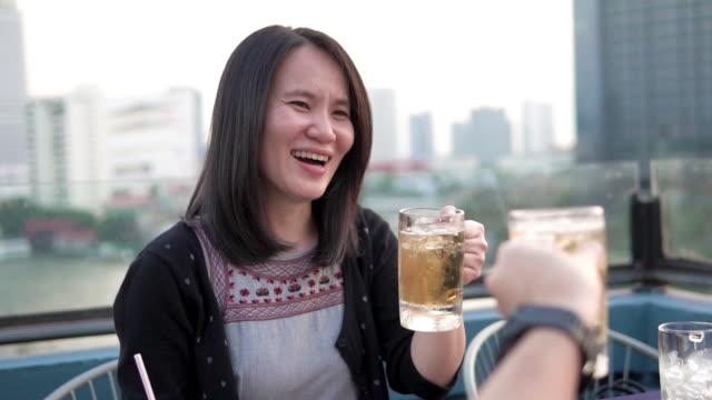 友人たちはレストランで飲み物やクリンクグラスを応援します。 - ディナーパーティー点の映像素材/bロール