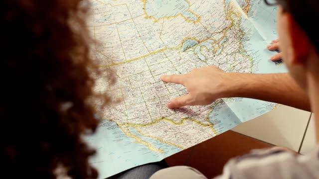 Amigos consultar un mapa de Estados Unidos